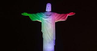 Cristo Redentor é iluminado nas cores da bandeira da Itália pelas vítimas do terremoto