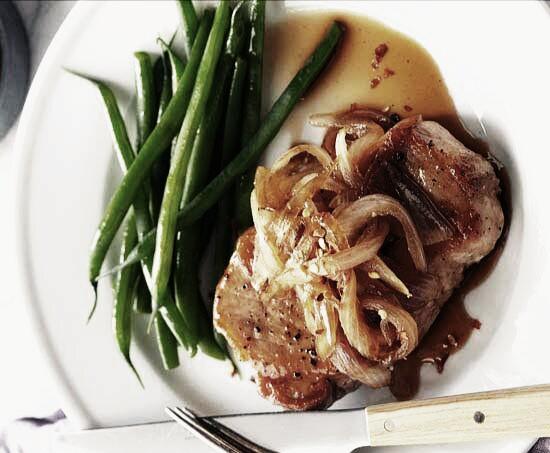 bistec de cerdo encebollado