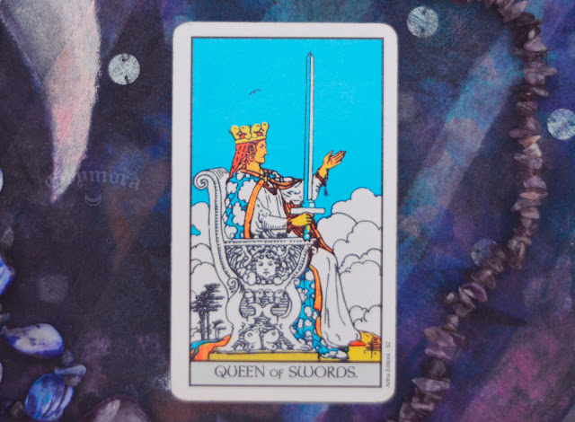 Saiba o significado da Carta da Rainha de Espadas no Tarot do amor, dinheiro e trabalho, na saúde, como obstáculo ou invertida e como conselho.