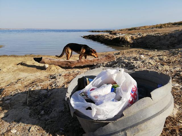 la spazzatura abbandonata sulla spiaggia