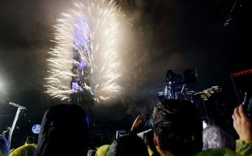 Gedung Taipei 101 menjadi landasan peluncuran kembang api yang luar biasa. Hsu Tsun-hsu / AFP / Getty Images