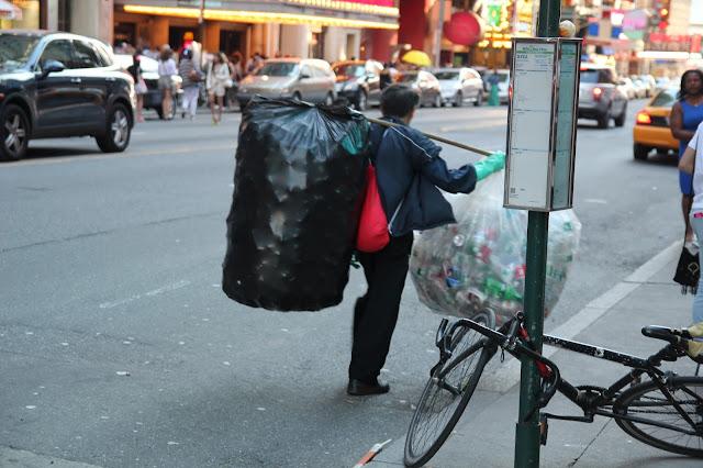 Hispano recoletando botella plastica en las calles de nueva york
