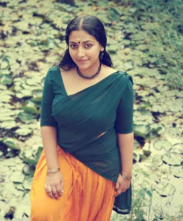 News, Kerala, State, Kochi, Video, Entertainment, Actress, Social Media, Foreigners, Malayalam, Song, Actress Anu Sithara posted video of making foreigners sings Vennila Chandanakkinnam song