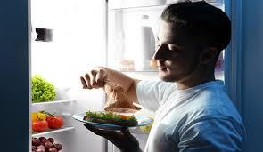 هل صحيح فعلا أن الأكل فبل النوم يسبب السمنة؟