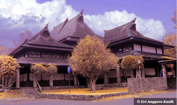 Aula Barat ITB, difoto menggunakan kamera pocket, diedit dengan false color.