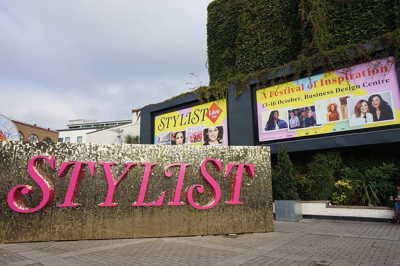 Stylist Live 2016 outside gold glitter sign