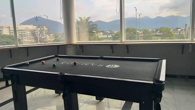 Uma mesa de sinuca no pub do Ramada Hotel Recreio Shopping