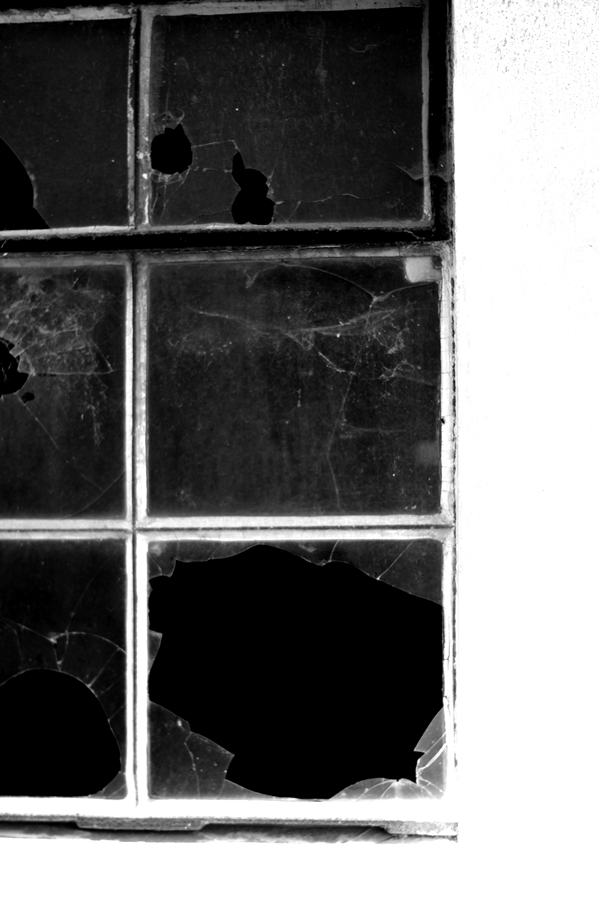 Blog + Fotografie by it's me! | fim.works | SchwarzWeissBlick No 16 | verlassenes Gehöft | Lost Place | zerschlagene Fensterscheibe