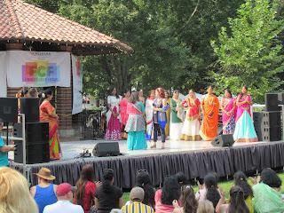 """Kaye Kelly and group at the end of the """"Sari Showcase"""""""