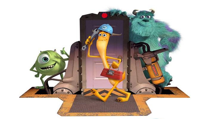 Animação em 3D. O fundo é branco e tem destaque uma porta com um dispositivo de metal ao lado dela com uma um tubo de metal conectado à ela com fios. Na frente da porta tem um monstro que é magro e laranja e com as pernas pontudas, ele usa um capacete azul e uma maleta na mão. Do lado esquerdo está um monstro azul grande peludo com manchas azul e roxo, tem chifres e sorri. Do outro lado da porta tem um monstro pequeno e redondo e verde com dois chifres e ele tem um olho só e sorri enquanto faz positivo com a mão.