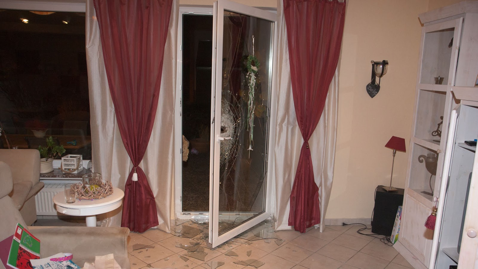 gekipptes fenster von au en ffnen. Black Bedroom Furniture Sets. Home Design Ideas