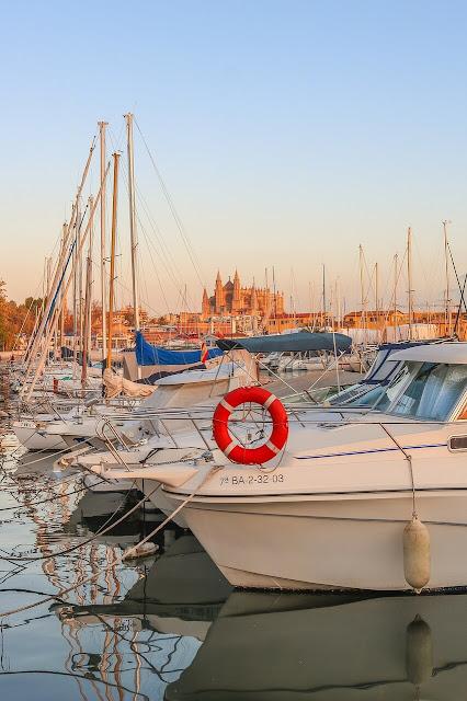 Paseo Marítimo en Palma de Mallorca en España con barcos y veleros