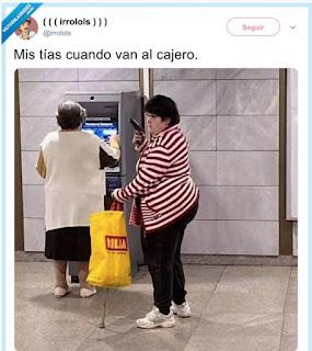 mujer con pistola vigila amiga mientras saca dinero cajero