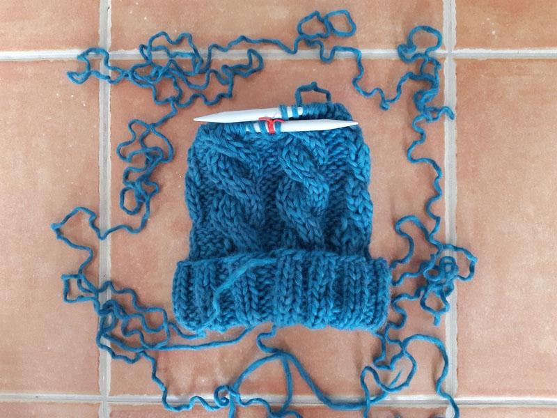 Cappellino di lana con trecce