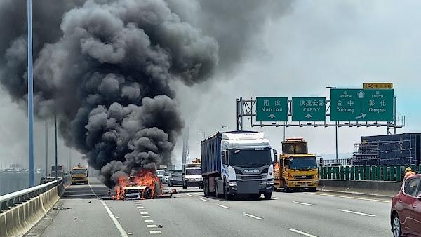 疑疲勞駕駛衝撞緩撞車 百萬賓士車瞬間被大火吞噬