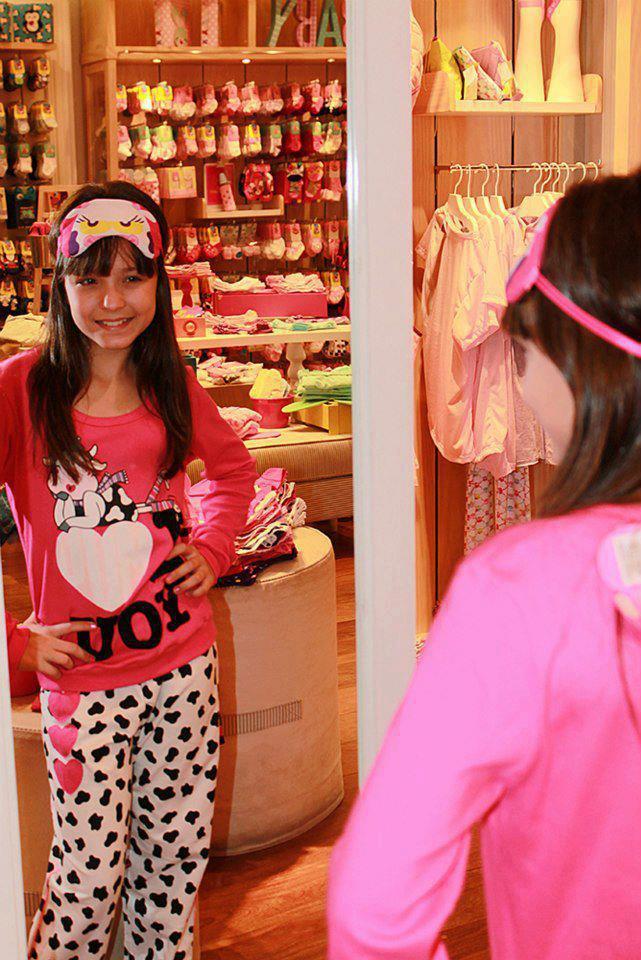 9b96728b2d4f7 ... uma loja de roupas (nao sei o nome da loja)teve uma festa do pijama...e  a convidada especial foi a Larissa Manoela Taques Elias Santos!