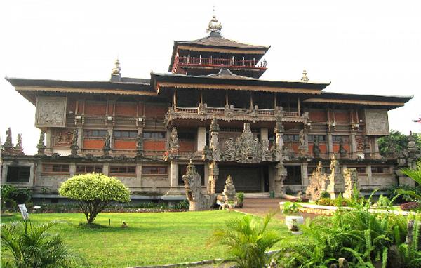 Gambar rumah adat Bali (Campura Candi Bentar)