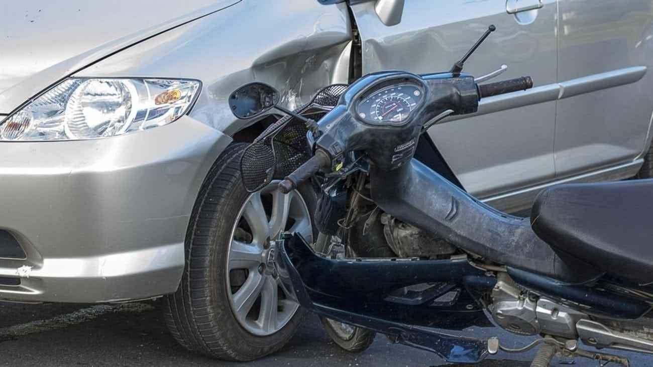 Τροχαίο ατύχημα στην οδό Λαγού στη Λάρισα – Συγκρούστηκε ΙΧ με μηχανή