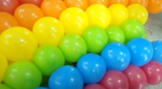 Aufbau eines riesigen Ballonbogens zur Saaldekoration.