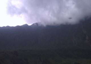Puncak gunung galung dilihat dari Kawah dan Berawan