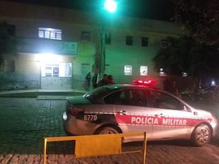 Homem é atingido por tiros no centro de Cuité e entra correndo baleado no hospital