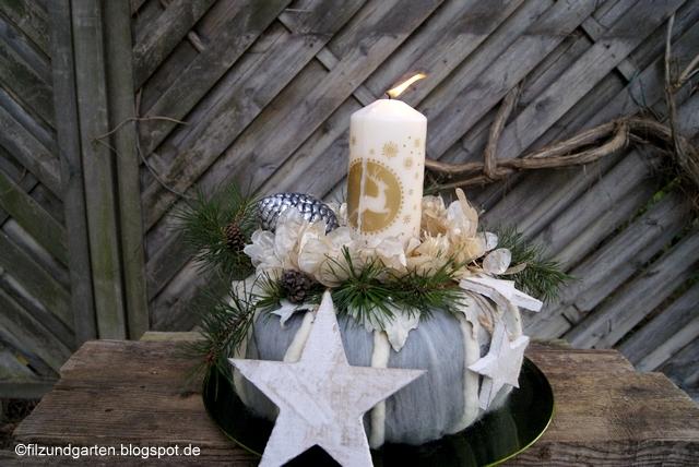 Adventskranz aus Wolle, Kiefer, Silberbättern und weißer Kerze
