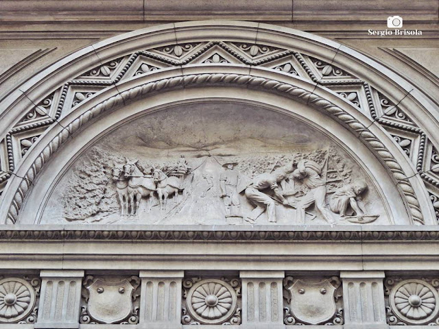 Close-up do Painel alto-relevo do frontão do Palacete Chavantes - Centro - São Paulo