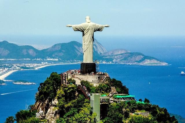 O Cristo Redentor de braços abertos para o Rio, para o Brasil