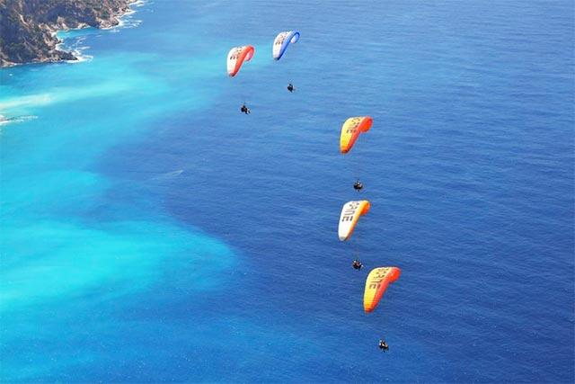 Sonbahar ayları Fethiye'de tatil yapmak için çok ideal. İster denize girip güneşlenebilir, isterseniz yamaç paraşütü, jeep-safari gibi aktivitelere katılabilirisiniz.