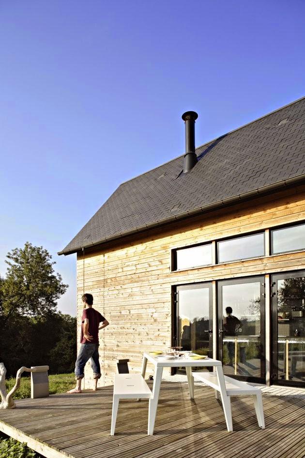 ini dirancang dengan memanfaatkan konstruksi bangunan gudang yang sudah ada Rancangan Rumah Kayu untuk Keluarga Kecil