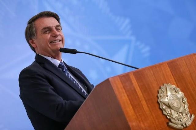 Bolsonaro assina decreto que amplia por dois meses o auxílio de R$ 600