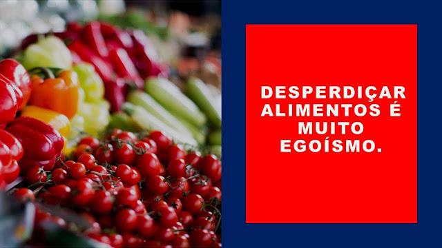A imagem mostra frutas da fruteira e certamente muitos deles vão parar no lixo.  Desperdiçar alimentos é muito egoísmo.