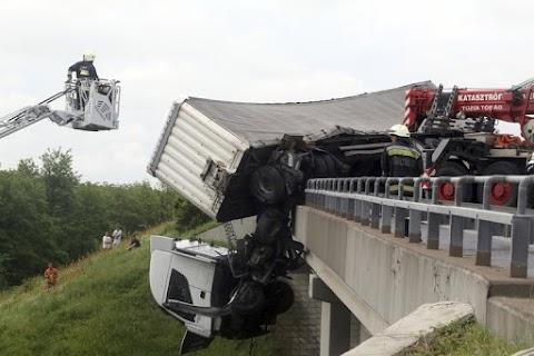 Sokkoló fotók érkeztek az M3-as hídjáról lelógó kamionról