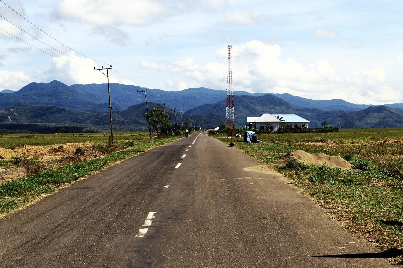 Tipikal jalanan Trans Flores, melewati ladang dan pesawahan