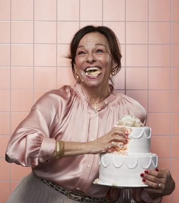Kajsa Ernst i scen ur Bröllopstårtan, men tårta i famnen och i munnen.