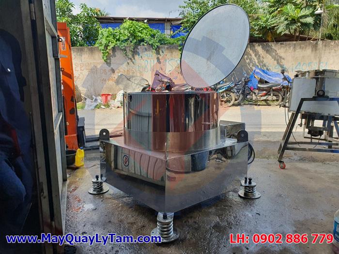 Máy vắt ly tâm nước mắm inox do Vĩnh Phát chế tạo với đầy đủ những tính năng, có nắp đậy an toàn