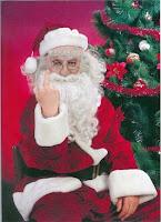 Böse Menschen Lustiger alter Weihnachtsmann zeigt Stinkefinger