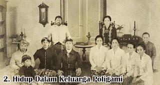 Hidup Dalam Keluarga Poligami merupakan salah satu fakta menarik Raden Ajeng Kartini yang wajib diketahui