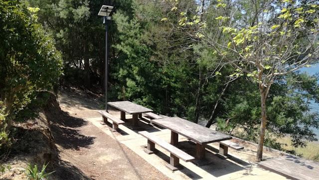 Mesas e banco do parque de merendas
