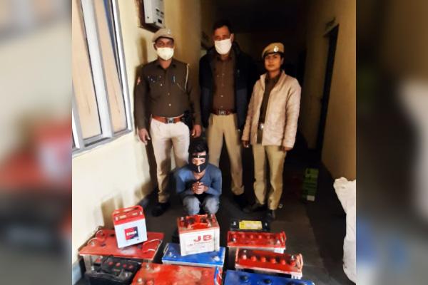 हरमाड़ा थाना पुलिस ने बैट्री चोर को दबोचा, चोरी की करीब एक दर्जन बैट्रियां बरामद
