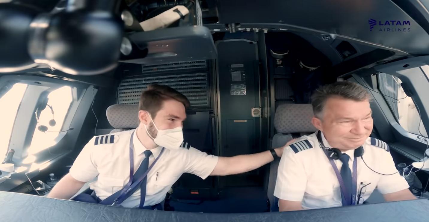 Em Dia dos Pais, LATAM surpreende comandante ao escalar para mesmo voo o seu filho copiloto recontratado   É MAIS QUE VOAR