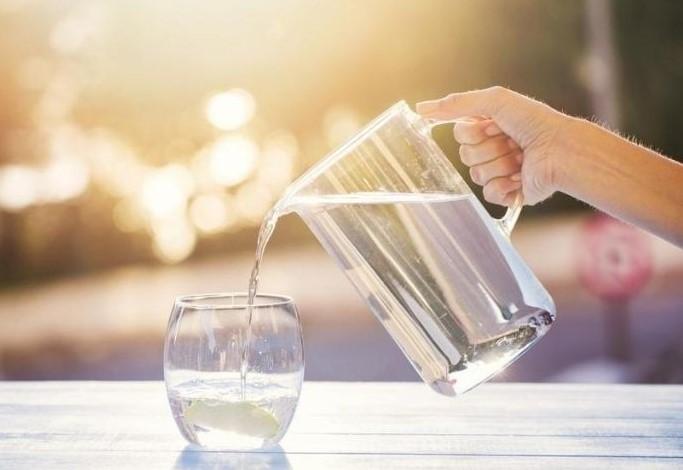 manfaat minum air putih hangat pagi hari