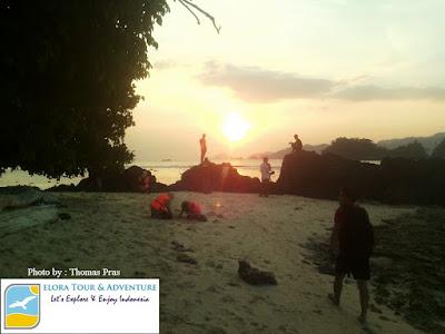 menikmati sunset pulau kiluan