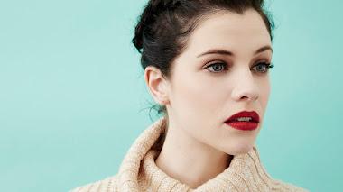 Hermosa Chica Pálida Con Labios Rojos En Un Fondo Azul