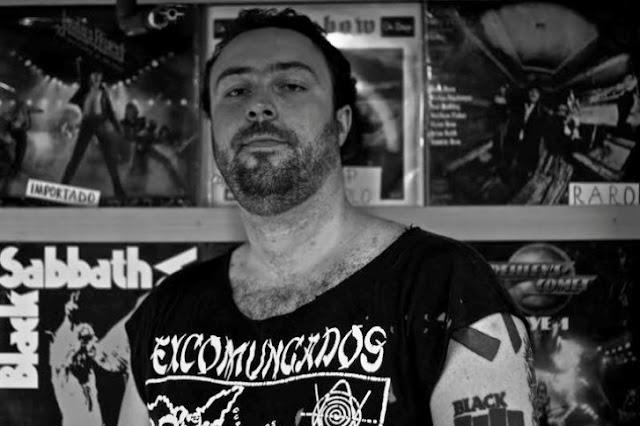 O vocalista, baixista e guitarrista Fábio Rodarte, da banda Sarjetas: vídeo explica o início do empreendedorismo dentro do rock (Foto: Divulgação)