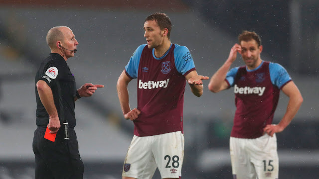 Mike dean booking West Ham's Tomas Soucek red card