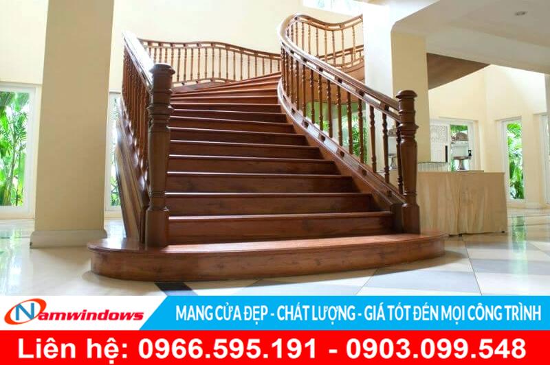Mẫu cầu thang gỗ cho biệt thự vườn, hoặc tiền sảnh