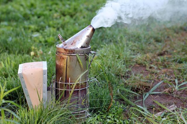 Το μελισσοκομικό μας καπνιστήρι ενάντια στην βαρρόα με φυτά και βότανα της ελληνικής Γής