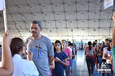 Filas de pessoas recebendo a comunhão, dentre elas o cantor Cosme no Kairós 2018.