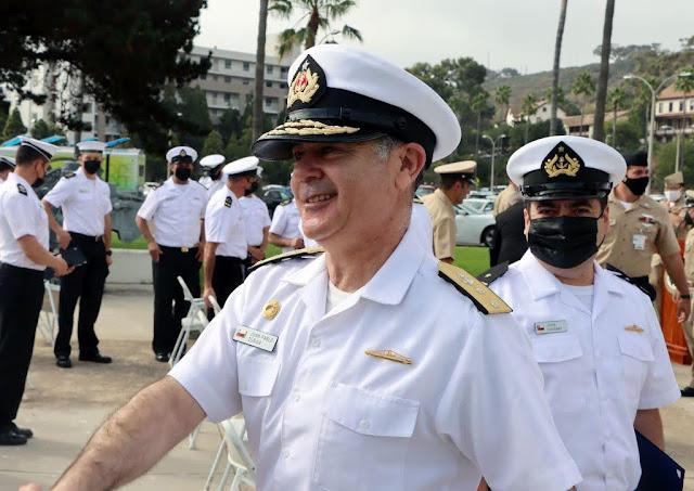 El Contralmirante Juan Pablo Zúñiga felicita a los tripulantes chilenos del SS Carrera durante la ceremonia de clausura del DESI, en la Base Naval Point Loma, en San Diego, el 14 de septiembre de 2021. (Foto: Steven McLoud/Diálogo)